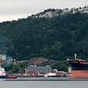 Malmskipet Cape Harmony slepes til kai 5 14. juli 2016. Skipet er 202 mx45 m, 178 000 dwt. Foran slepebåten Rombak, midtskips Bryteren og akter BB Coaster. I bakgrunnen midt på Havnens Hus som pr dd også fungerer som rådhus.
