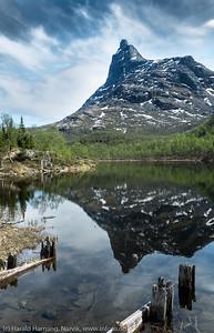 Tøttatoppen speiler seg i andrevann (Pumpvann) i Tøttadalen. 30. mai 2016.