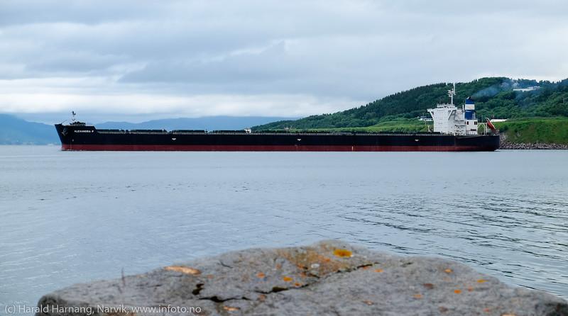 Malmskipet Alexandra P forlater Narvik 14. juli 2016. Bak flyplassen i Narvik. Skipet er 181 000 dwt, 292 m x 45 m. Foto fra moloen på Ankenes.