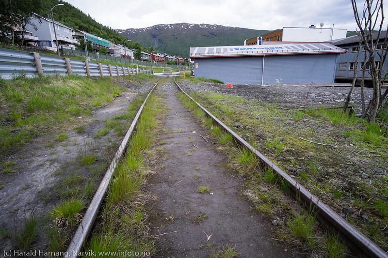 """Jernbane langs Fagernesveien. Bilder på veien fra LKABs adm bygning til Fagerneskaia. Foto til artikkel i Fremover 2. juli 2016: """"En tur langs havna?""""."""