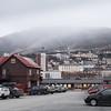 Krysset Ofotveien-Frydenlundsgata, med utsikt mot Universitetet i Fagernesfjellet. 21. nov 2018 og de første snøbygene kommer inn over byen etter en lang mild periode.
