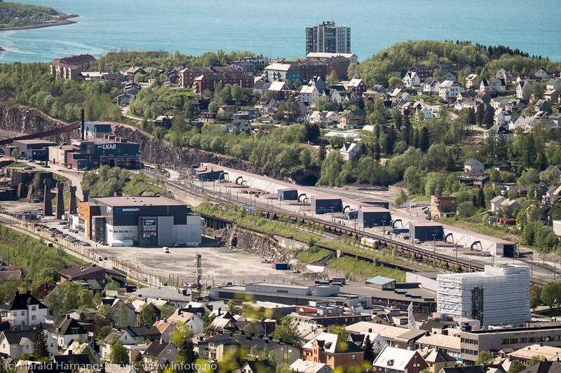 Frydenlund og Framnes før ny handelspark etableres på tomta midt på. Til høyre rådhuset under oppussing.
