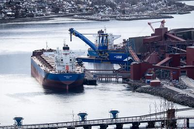 Bulkskipet Anangel Vogour, gr, er første skip som tester Kai 7. Det er denne gang kun snakk om å teste systemene som holder skipet til kai. Søndag 3. april 2016. i bakgrunnen et skip fra samme rederi, Anangel Trust, som laster fra kai 5. Anagel Vigour er på 18 000 dwt, 292 m x 45 m, og bygget i 2012.