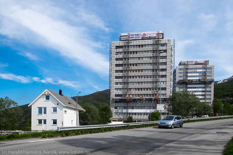 Tøtta 1 og Tøtta 2 under restaurering i mai 2016. Det er en viss kontrast å se disse store betong-monumentene mot mindre trehusbegyggelse like ved. 31. mai 2016