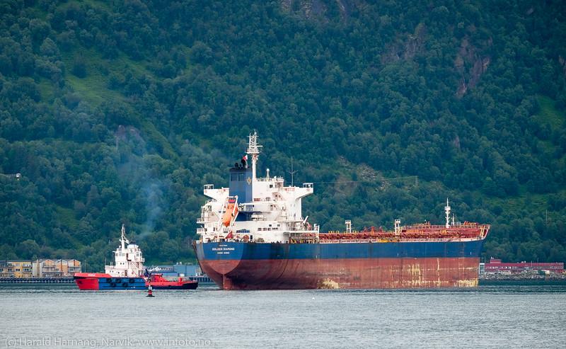 Malmskipet  Golden Diamond på Narvik havn 14. juli 2016. Skipet er på 74 000 dwt, 224x23 m. Bak er slepebåten Rombak, 36x11 m.