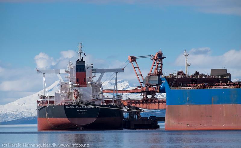 Magdalena Oldendorff, Liberiareg, bulkskip, laster ved kai 5, LKABs anlegg, Narvik. Skipet er 299 m x 50 m, 20 000dwt, bygget i 2013. Til høyre første skip ved kai 7, Anangel Vigour, som tester fortøyningssystem. Foto: 5. april 2016.