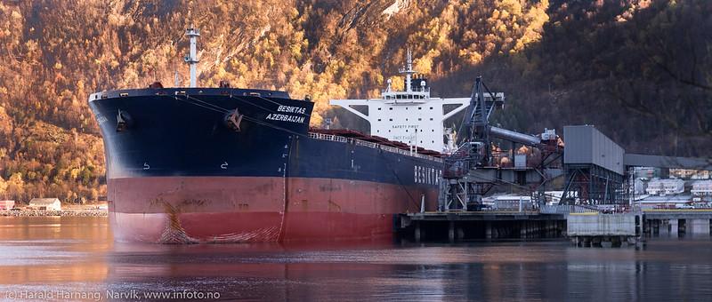Besiktas Azerbaijan til kai ved tidligere Northland Ressourses anlegg på Fagenes. Skipet kom til Narvik med noen tonn malm som måtte tømmes. Gross Tonnage:  89441<br /> Deadweight:  169263 t<br /> Length Overall x Breadth Extreme:  289.9m × 45m<br /> Year Built:  2010