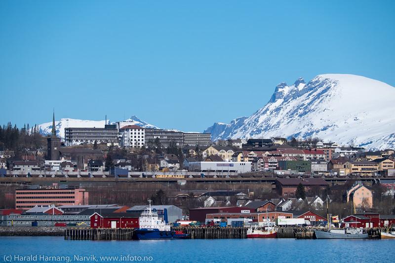 Narvik sett fra Fagernesskrenten. Sykehuset midt på bak. Fjell: Revtind.