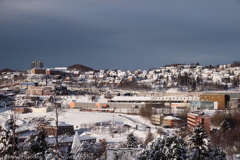 . For et par dager siden kom 40-60 cm snø, noe byen bærer preg av. Nå måkes det og det kjøres bort snø - for om kort tid kommer regn og plussgrader. Masse regn.