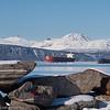 Malmskip og båter utenfor Narvik havn.
