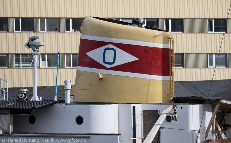 "Skorstein på ""Gamle Skogøy"", med det tidligere ODS-rederiflagget på skorsteien (Ofotens Dampskipsselskap).."