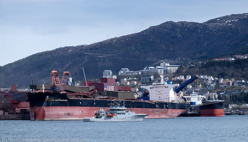 Malmskipet San Francisco. dwt: 181066 t, 292 m × 45.05 m, byggeår: 2014, laster ved kai 5<br /> Foran Kystvaktskipet KV Heimdal, dwt: 388 t, 47.2m × 10.39m, byggeår: 2007<br /> KSL. 13. mai 2016
