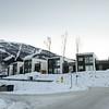 Del av Snorres gate, Narvik, 19. november 2017. Seks nye boenheter nedenfor nye Rema og på den gamle tomta til Vannbassenget er ferdig og forlengst innflyttet. Nede til venstre sees molukker, underjordiske containere for retur av papp, papir, flasker, metallbokser, aviser, og helt til venstre to containere for retur av klær til Fretex.