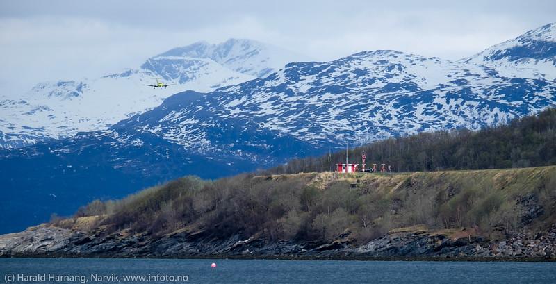 Landing fra nord. Ambulansefly på Narvik lufthavn Framnes. 13. mai 2016.