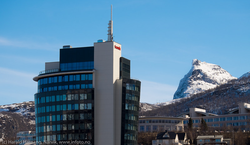 Scandic-hotellet (tidligere Rica) med Universitetet, Campus Narvik, og Tøttatoppen bak.