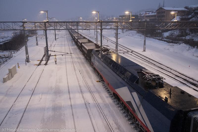 Malmvogner er klar for å bli slepet over fjellet til Kiruna. Bilde fra ranger-stasjon, 11. desember 2019.
