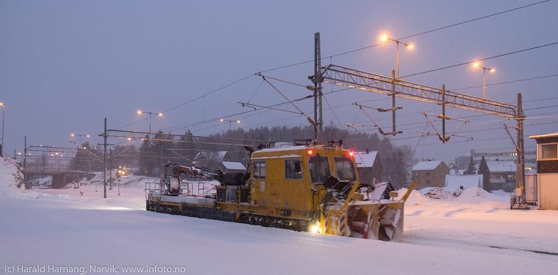 Arbeidstog med snøfres kommer ned fra fjellet. Foto på jernbanestasjonen, 11. desember 2019