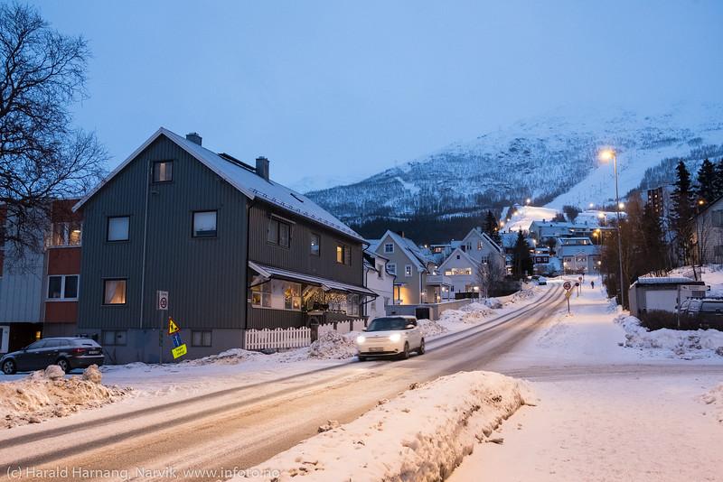 Mørketid og julepyntet i husene. Tøttaveien 5A.  Foto 7. desember 2019