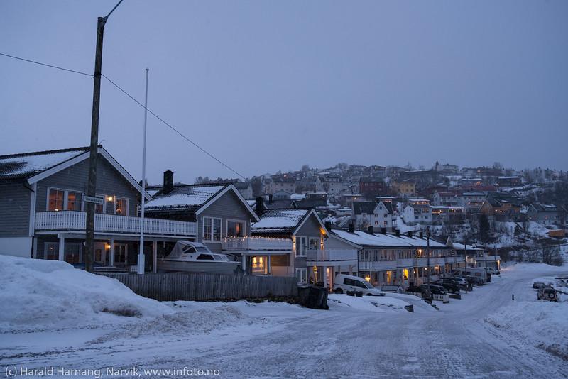 Mørketid og julepyntet i husene. Husrekke i Vassvikkaia.  Foto 7. desember 2019