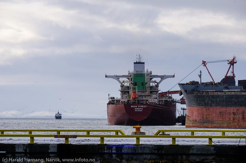 Berge  Stanley ved kai 5 og AQUATAINE  ved kai 7, mens et skip er på tur ut fjorden.