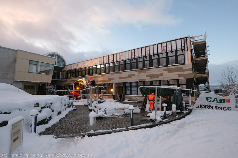 Universitetet, oppussing, ytterkledning legges på etter isolering.  Foto 22. januar 2020.