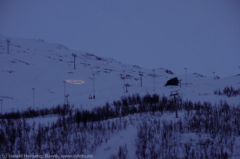 Vinterfstuka 2020 ble avlyst pga korona-virus. I stedet for bokstavene VU i fjellet, satte man opp et hjerte. Det ble godt mottatt. Foto 15. mars 2020.