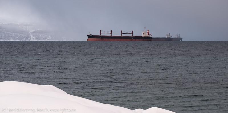 Malmskip til ankers på Herjangsfjorden
