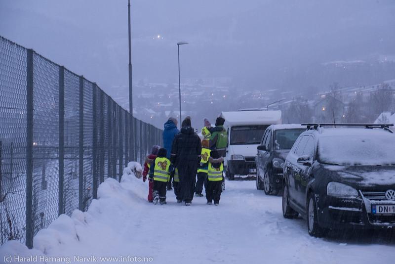 Barnehage på tur ved jernbanestasjonen. 11. desember 2019.