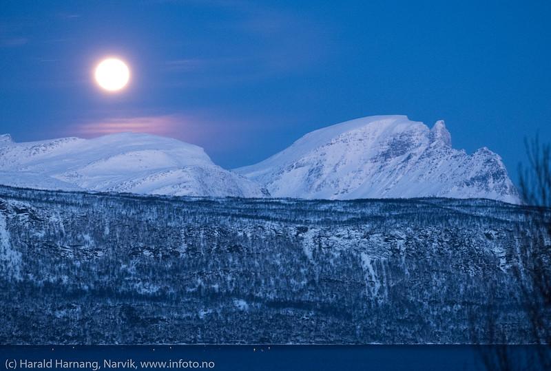Fullmåne over Herjangsfjellene