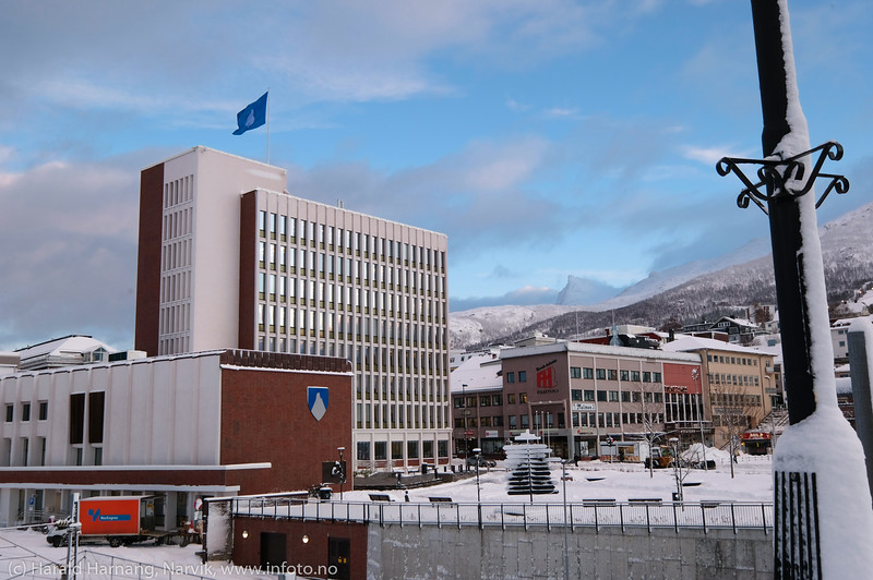 Narvik rådhus med nytt kommunevåpen. Foto 22. januar 2020.