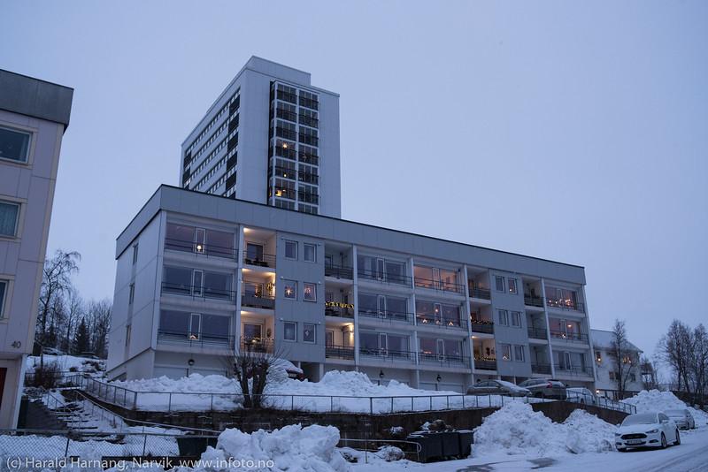 Mørketid og julepyntet i husene. Snorres gate 38 A o B i forgrunnen. Bak er Fosseveien 3