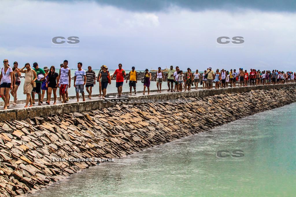 Turistas na passarela do Forte dos Reis Magos