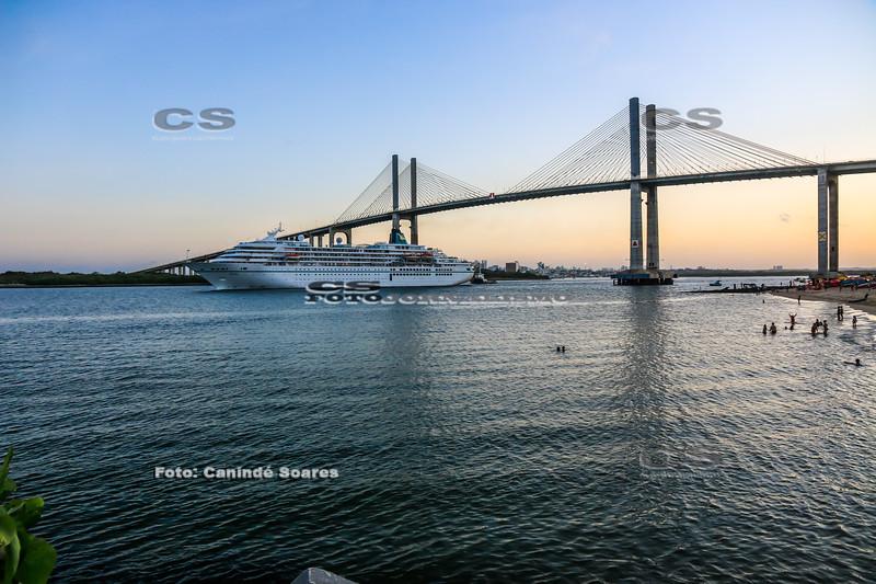 Cruzeiro passando na ponte Newton Navarro