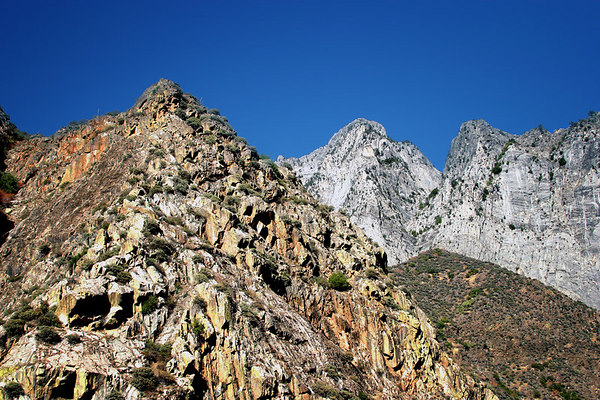 Mountain peaks as seen from the Kings Canyon Senic Byway in Kings Canyon National Park, California.