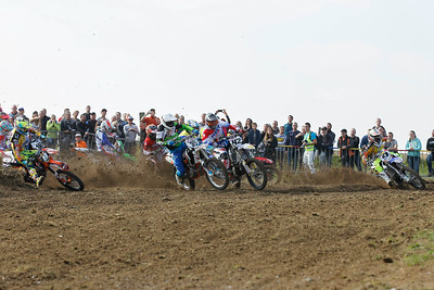 Start 1st moto, Martens first but too far on the outside