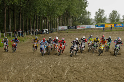 Start 2nd moto, Schoenmakers in front, van de Ven from the outside to the middle