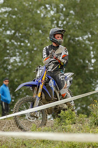 Leijtens crashes, hurts himself and stops. He will not participate in the 2nd moto.