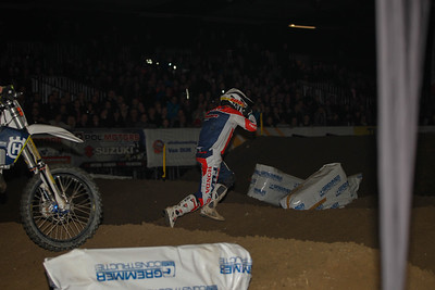 Jason Clermont crashes and runs after his bike