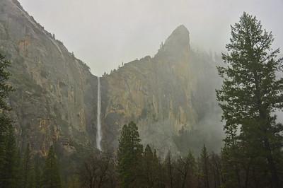 yosemite-bridalveil-falls-fog