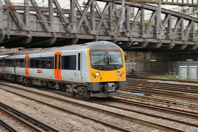 A class 360 picks up speed on a Heathrow service