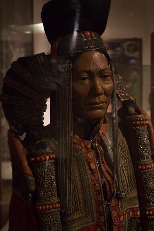 Kvindedragt. Dragten er inspireret af adeligt 1600-tals- mode. Den har tilhært en højtstående mongolkvinde fra Khalkh stammen fra ydre mongoliet.