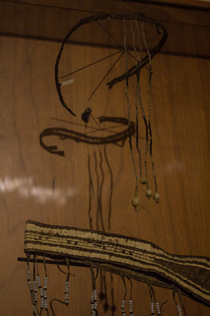 Personlig udsmykning, Østgrænland. Pande- og halsbånd med perler af fiskeknogler. Øresmykker af ben og kobber. Kvindens husdragt var blot et par skindbroderede trusser. 1880-90.
