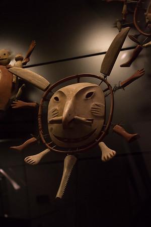 Masker fra øen Nunivak i Beringshavet. Maskerne blev anvendt ved danse under religiøse fester. De symbolisere ånder, og formålet med danse var at skaffe fangstdyr. Masken opdelt i røde og blå halvdele røber åndens dobbeltnatur, halvt menneske, halvt dyr. Nogle masker danner par: Månemanden omgivet af vinterens fangstdyr og den kvindelige solmaske med sommerens fangstdyr. De udstillede masker er fremstillet i 1924.