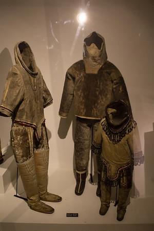 Vestgrønland. Kvindedragt ca. 1840. Mandsdragt ca. 1900. Pigedragt ca. 1860.