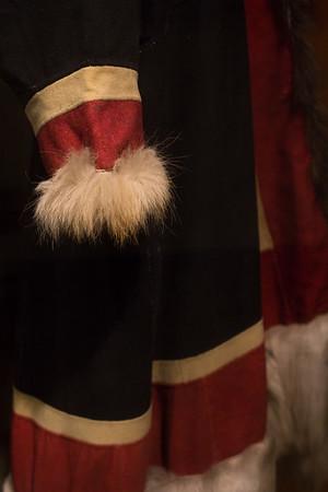 Shamandragt. Dragten med rensdyr- og hundeskind har tilhørt en kvindelig shaman fra nentserne i Siberien. Dragten blev erhvervet af Knud Rasmussen og foræret til museet i 1927. Nentserne vandrede mellem kyst og skovland med deres rensdyr. I dag er de fleste bofaste, men shamanisme praktiseres stadig.