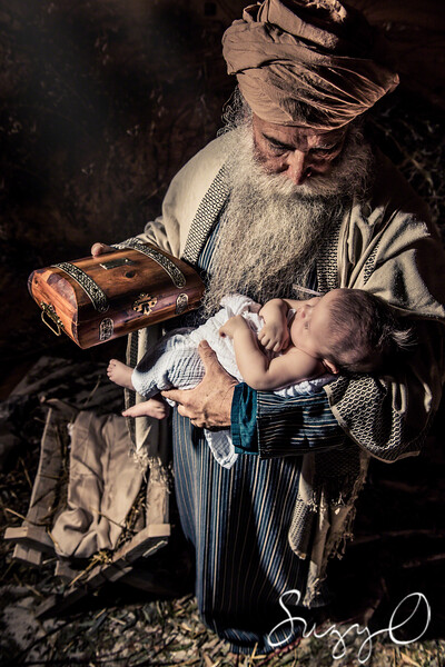 The wiseman holding Jesus with gift