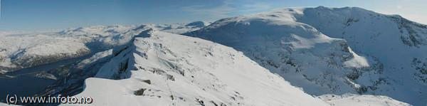 Foto fra Tøttatoppen. Nederst til venstre Rombaksbrua. Mot høyre Rombakstøtta. Foto: Trond Solberg.