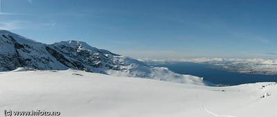 Fra Tøttatoppen mot Narvik (sees nederst til høyre). Midt på bildet Fagernestoppen (Linken). Foto: Trond Solberg.