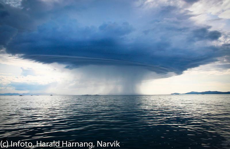 """Sommer 2011, Sør og yttersiden av Senja, kraftig regnvær på vei, det man kaller """"en eling"""".  Foto: Roy Antonsen."""