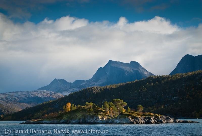Lita øy i Efjorden. I bakgrunnen fjellet Kuglhornet.